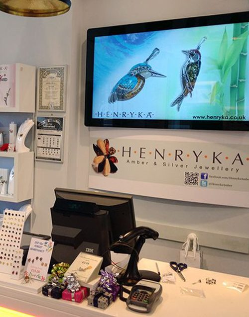 Android-Advertising-Displays-Wall-Mounted-shop